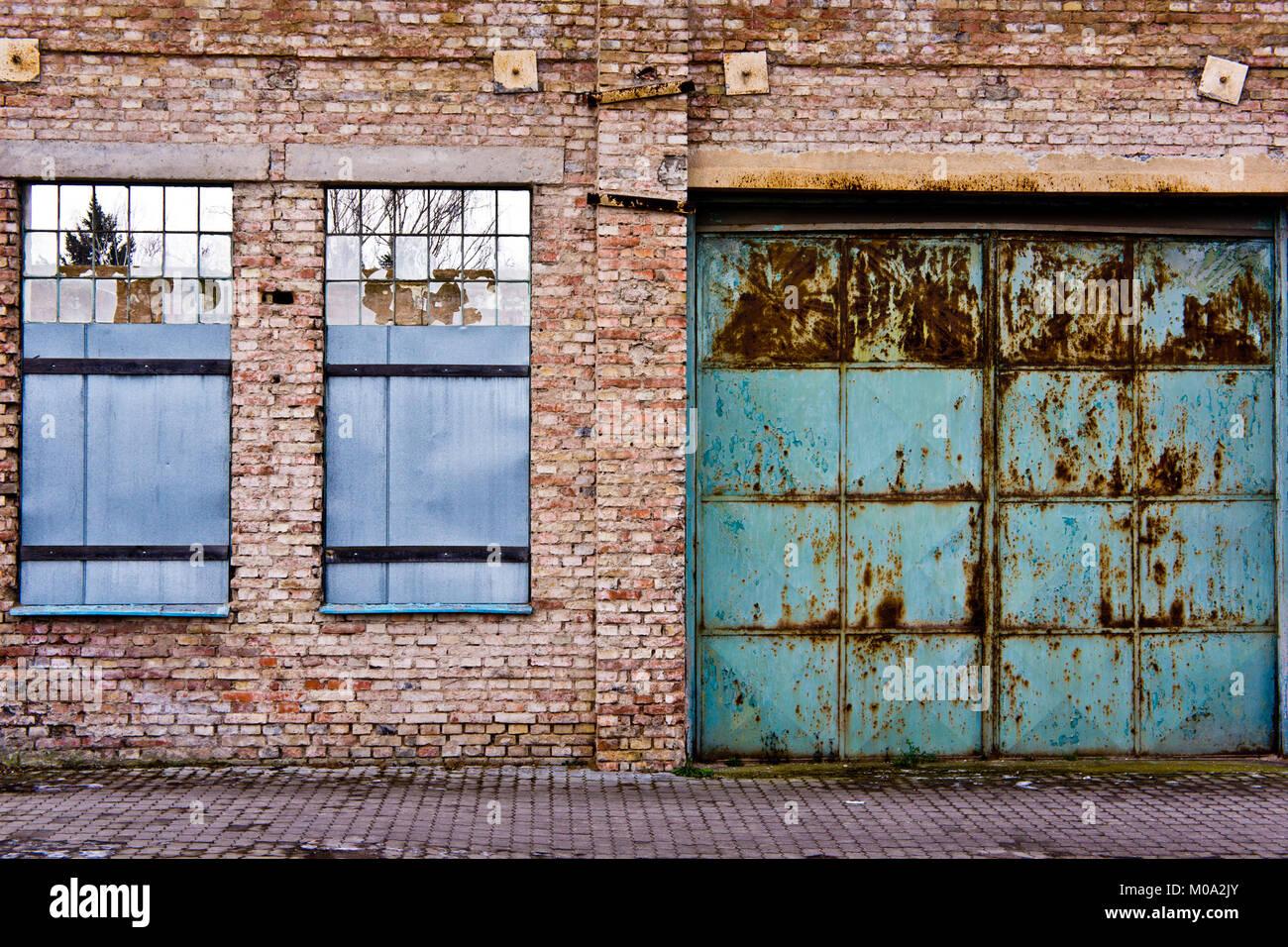 Fenêtres et porte d'un entrepôt à abandonner Photo Stock
