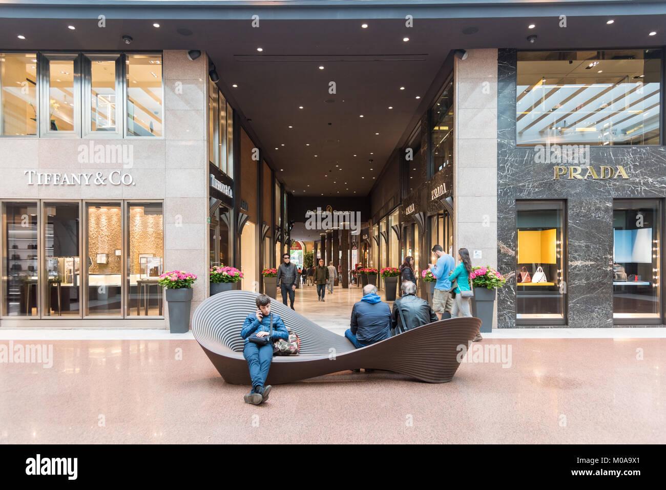 ae41270b3e7b4 Les gens dans le luxe des boutiques de la galerie marchande Galleria Cavour Italie  Bologne Photo
