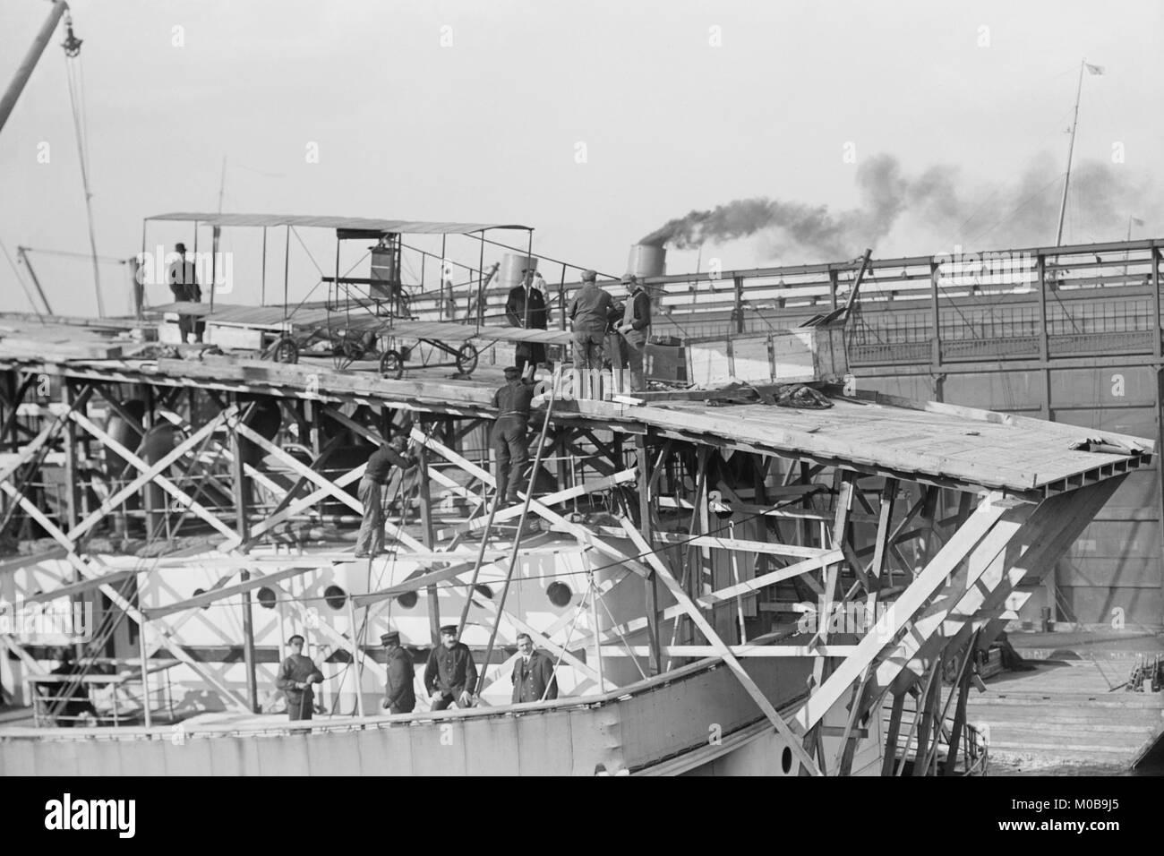 Pont du Michigan montrant un biplan Curtis Photo Stock