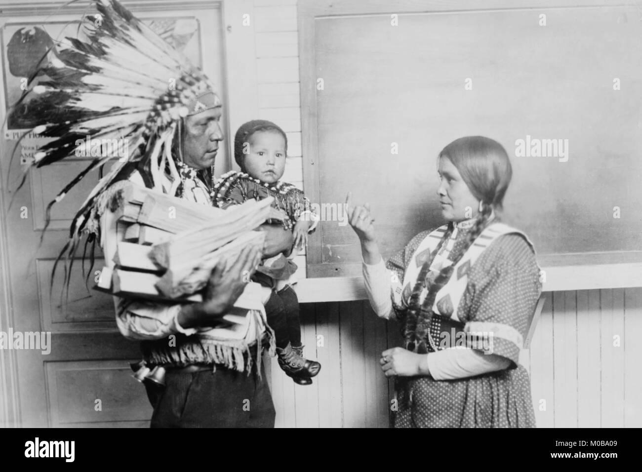 Chef Loup Poisson Robe en costume national et de War bonnet, son enfant et sa femme Photo Stock