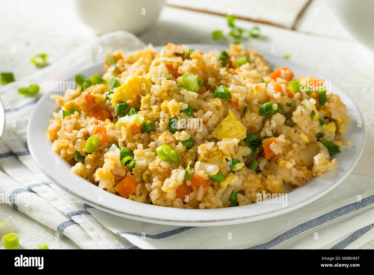 Riz frit végétarien fait maison avec les pois et carottes Oeufs Banque D'Images