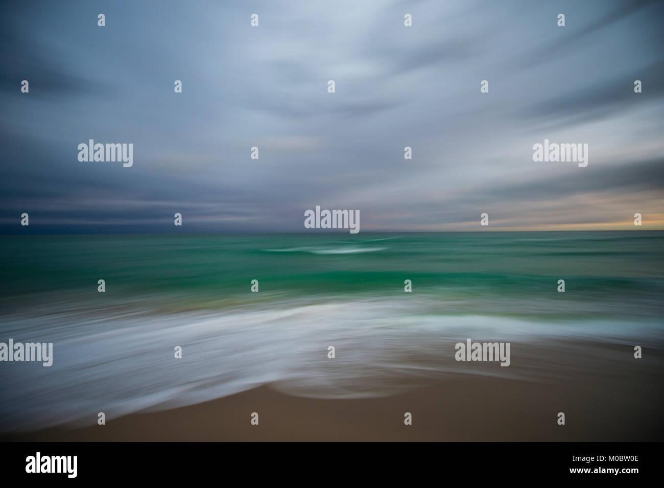 Flou artistique en arrière-plan abstrait flou de mouvement de vagues se brisant sur une plage tropicale avec Photo Stock