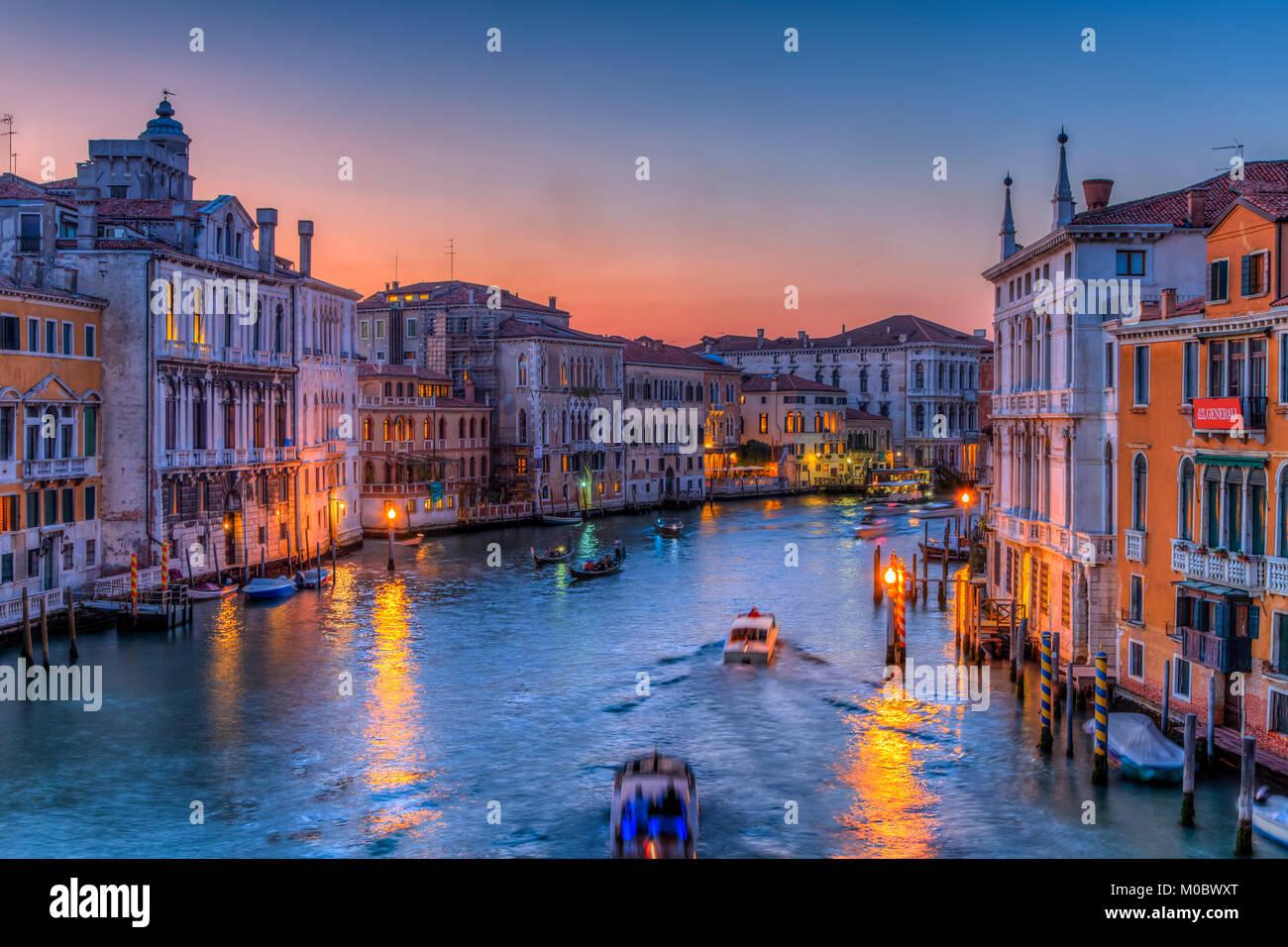 Une soirée sur le Grand Canal, Venise, Vénétie, Italie, Europe. Photo Stock