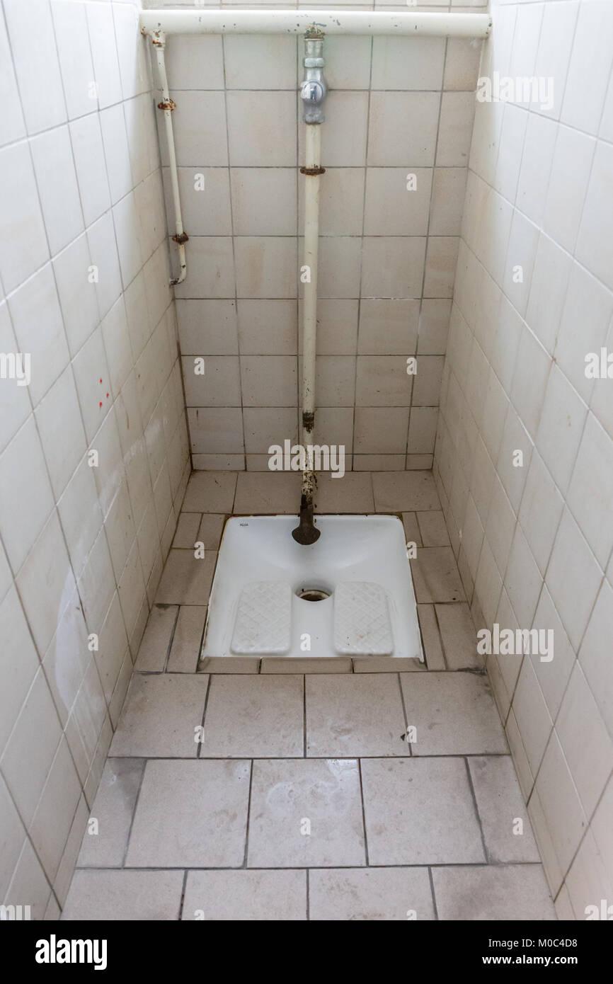 Accroupissez-vous français toilettes (wc à la Turque) Photo Stock
