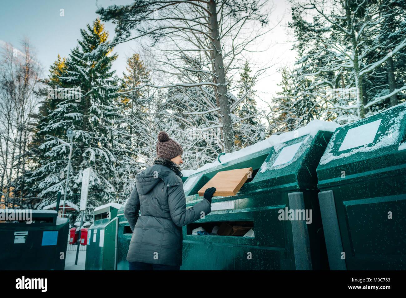 La gestion des déchets au recyclage femme depo Photo Stock