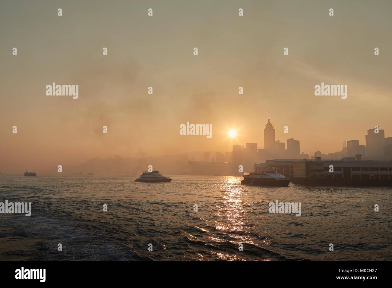 2a940538a0d3e3 Le lever du soleil sur le port de Victoria, avec matin Ferrys Crossing et l
