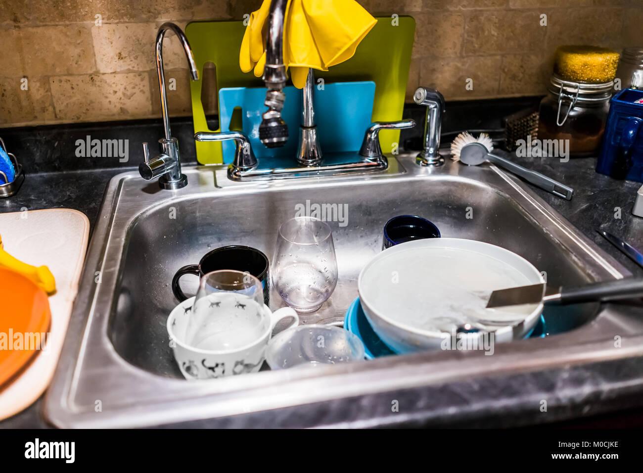 libre de la vaisselle sale dans lvier en acier inoxydable les outils de nettoyage de cuisine planches dcouper mur de brique