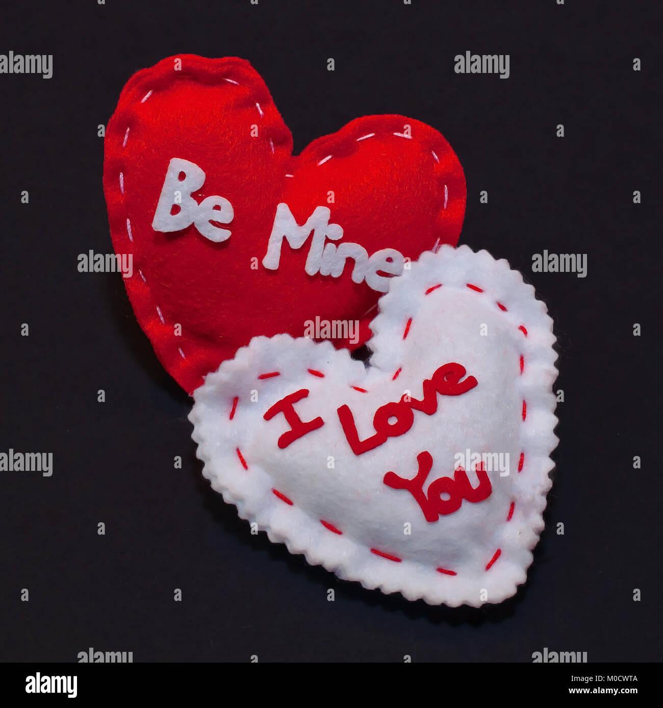 deux coeurs  rouge et blanc sur fond noir  le coeur rouge a  u0026 39  u00eatre mine u0026 39   u00e9crit dessus et le blanc