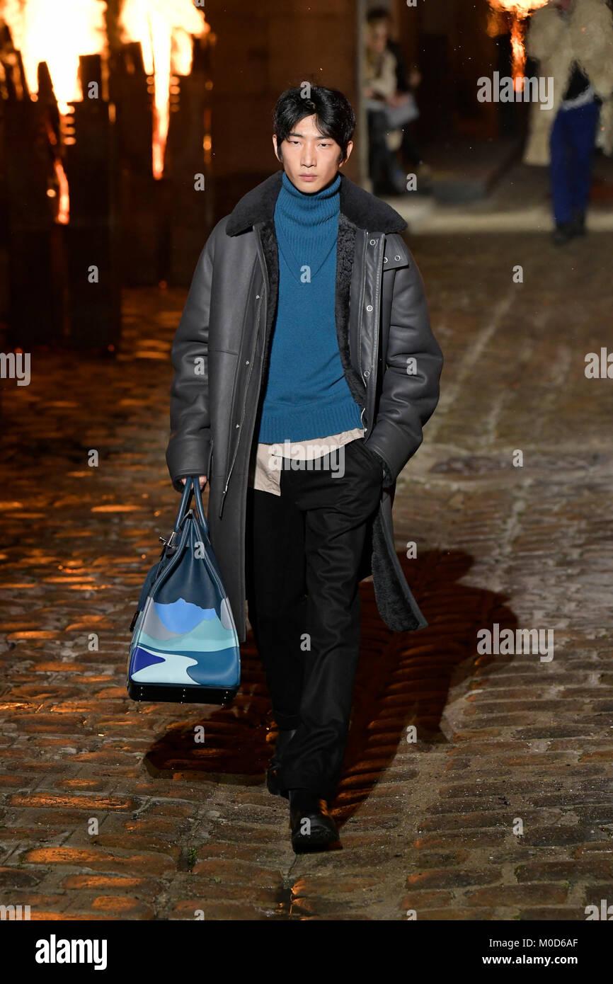 7a6dbf583b Un modèle présente une création de Hermes au cours de la mode masculine pour  l'automne/hiver 2018/19 collection pour hommes à Paris, France le 20  janvier, ...