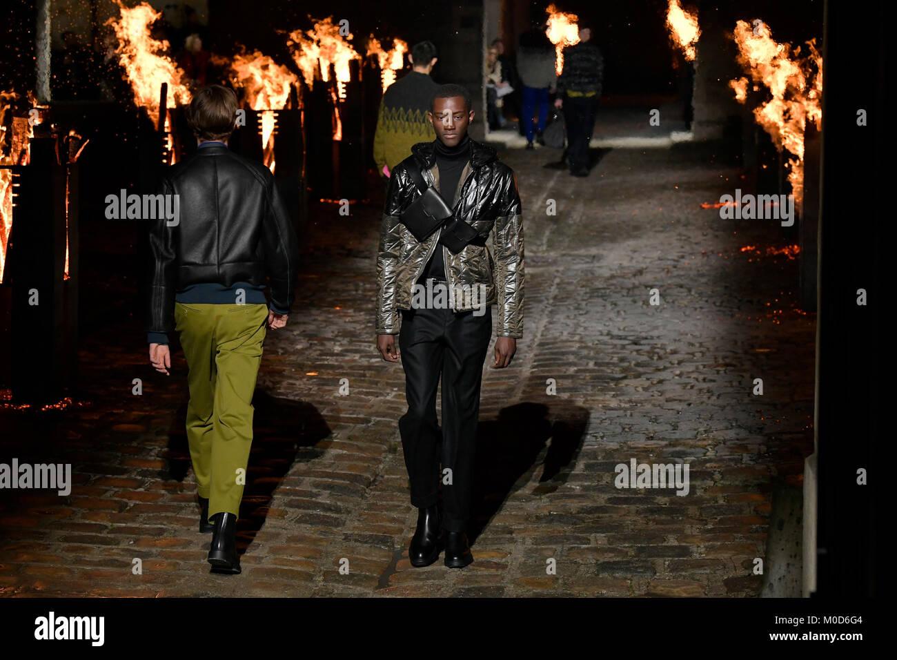 1cb363ce1d Présenter des modèles de créations de Hermes au cours de la mode masculine  pour l'automne/hiver 2018/19 collection pour hommes à Paris, France le 20  janvier ...