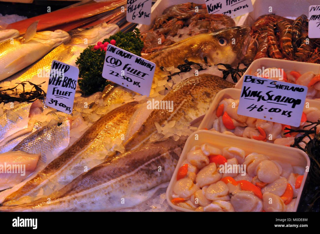 Poisson frais à un décrochage des poissonniers sur Borough Market dans le centre de Londres pour la vente. Photo Stock