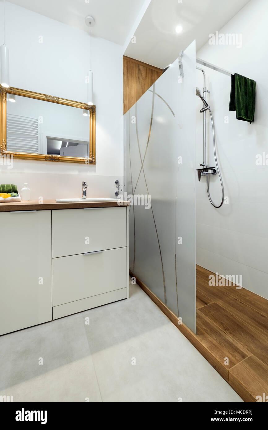 Salle de bains moderne avec miroir au cadre doré à l\'Élégant ...