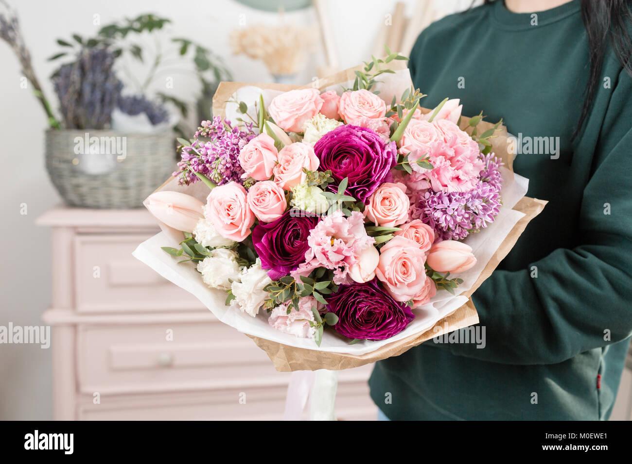 luxe magnifique bouquet de fleurs en main femme le. Black Bedroom Furniture Sets. Home Design Ideas