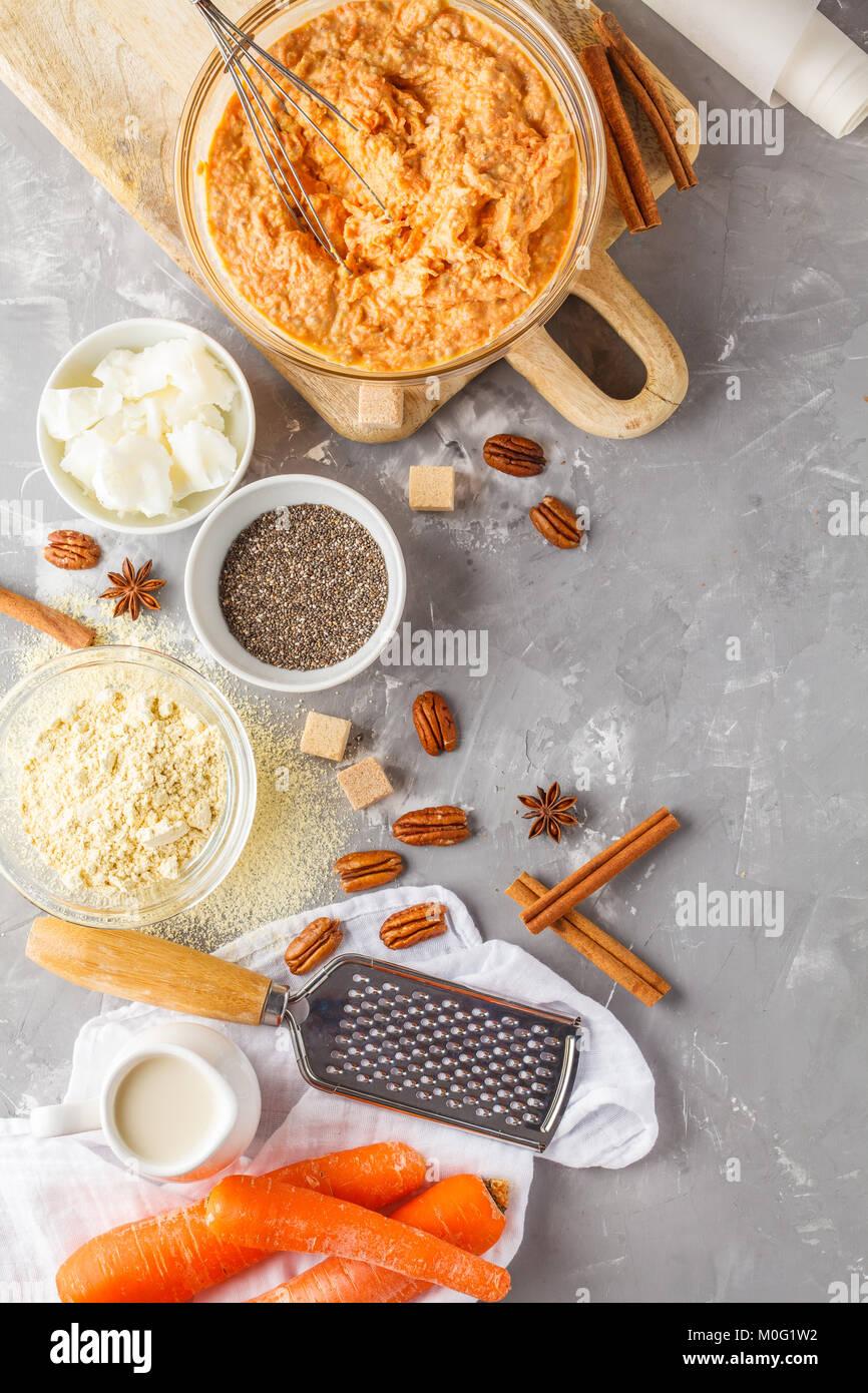 Cuisson saine de gâteau aux carottes, dessert végétalien Ingrédients: Pâte dans un Photo Stock