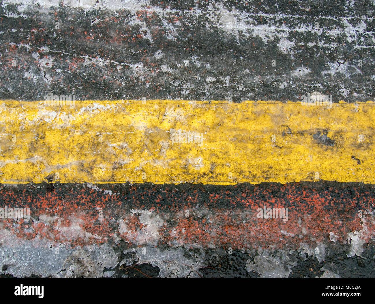 RUTHERGLEN, ÉCOSSE - 21 janvier 2018: un close-up de black ice ligne parking qui est à côté de l'arrêt de bus dans Banque D'Images