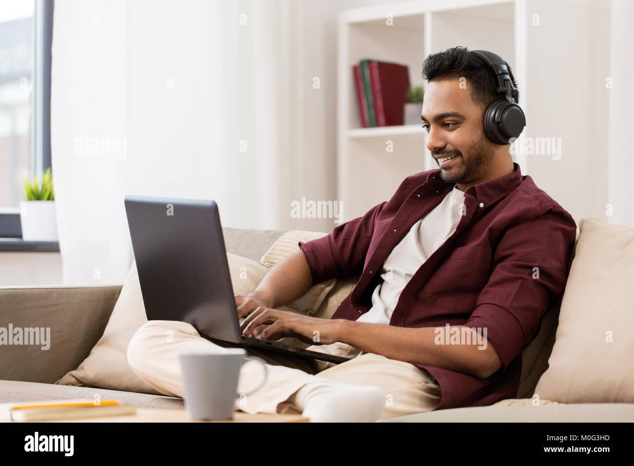 L'homme à un casque avec écoute de musique portable Photo Stock