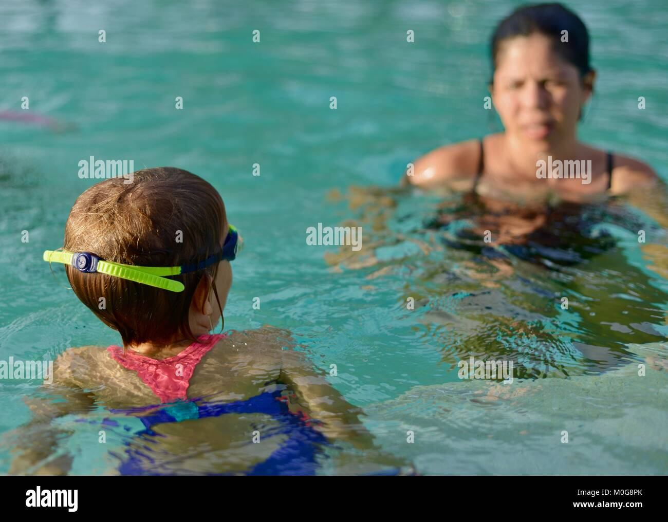 Mère fille apprend à nager, piscine Riverway, Townsville, Queensland, Australie Photo Stock