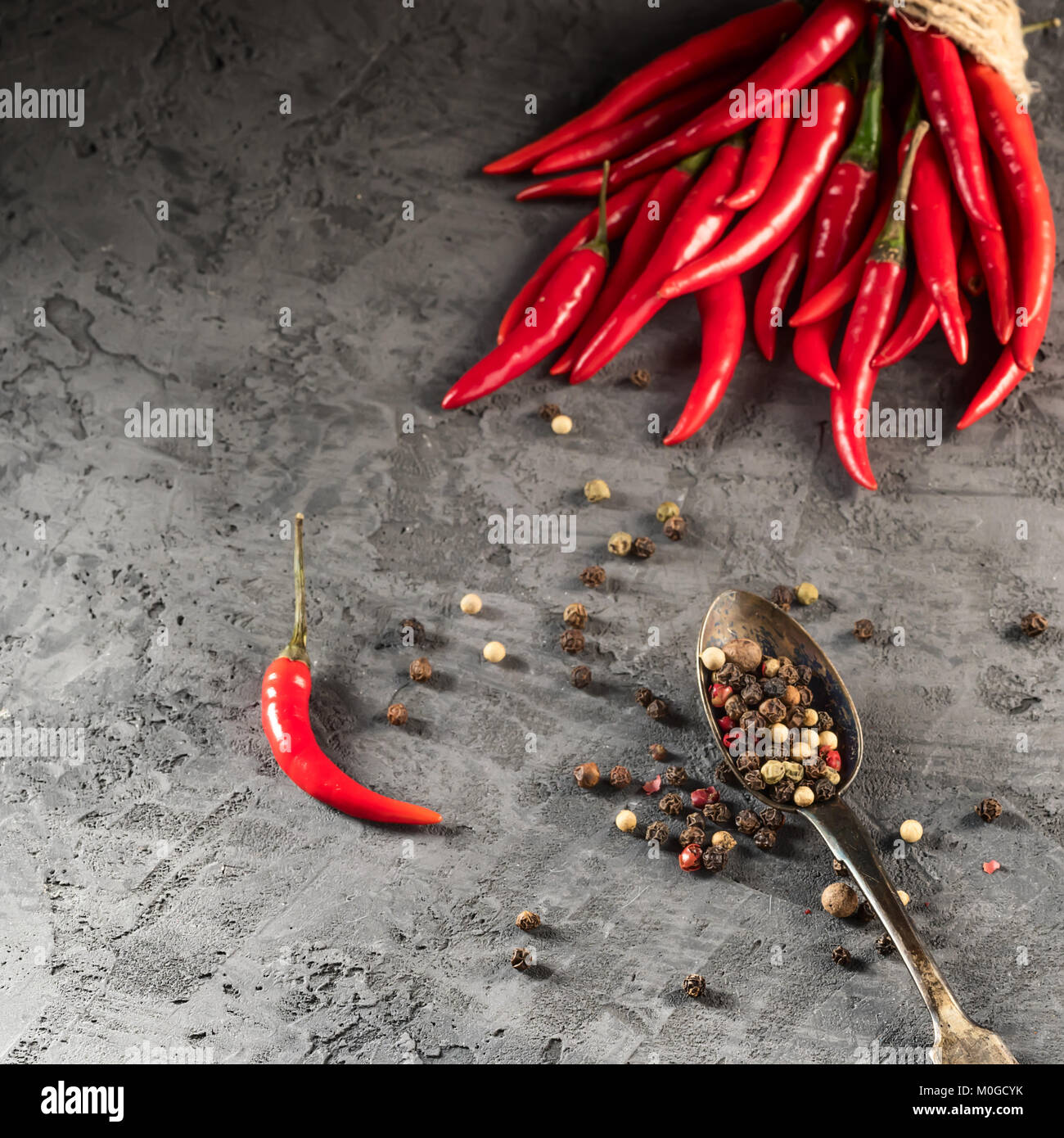 Red Hot Chili Peppers et paprika en boule de graines sur table en pierre ingrédient pour la cuisine mexicaine, Photo Stock