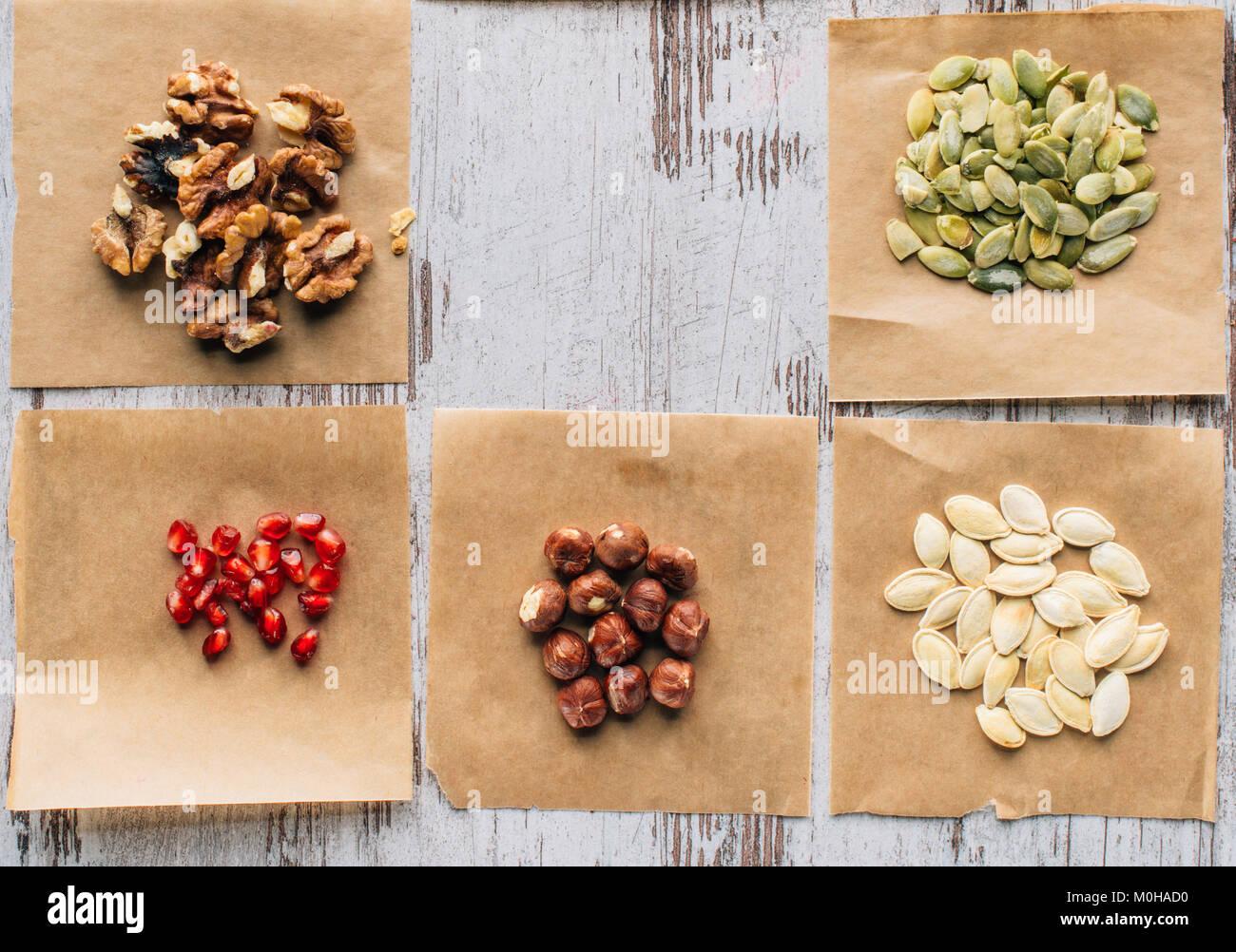 Vue de dessus les noix, les graines de citrouille et graines de grenade sur la table Photo Stock