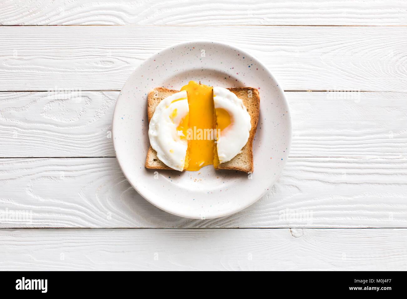 Le petit-déjeuner avec œufs frits sur toast Photo Stock