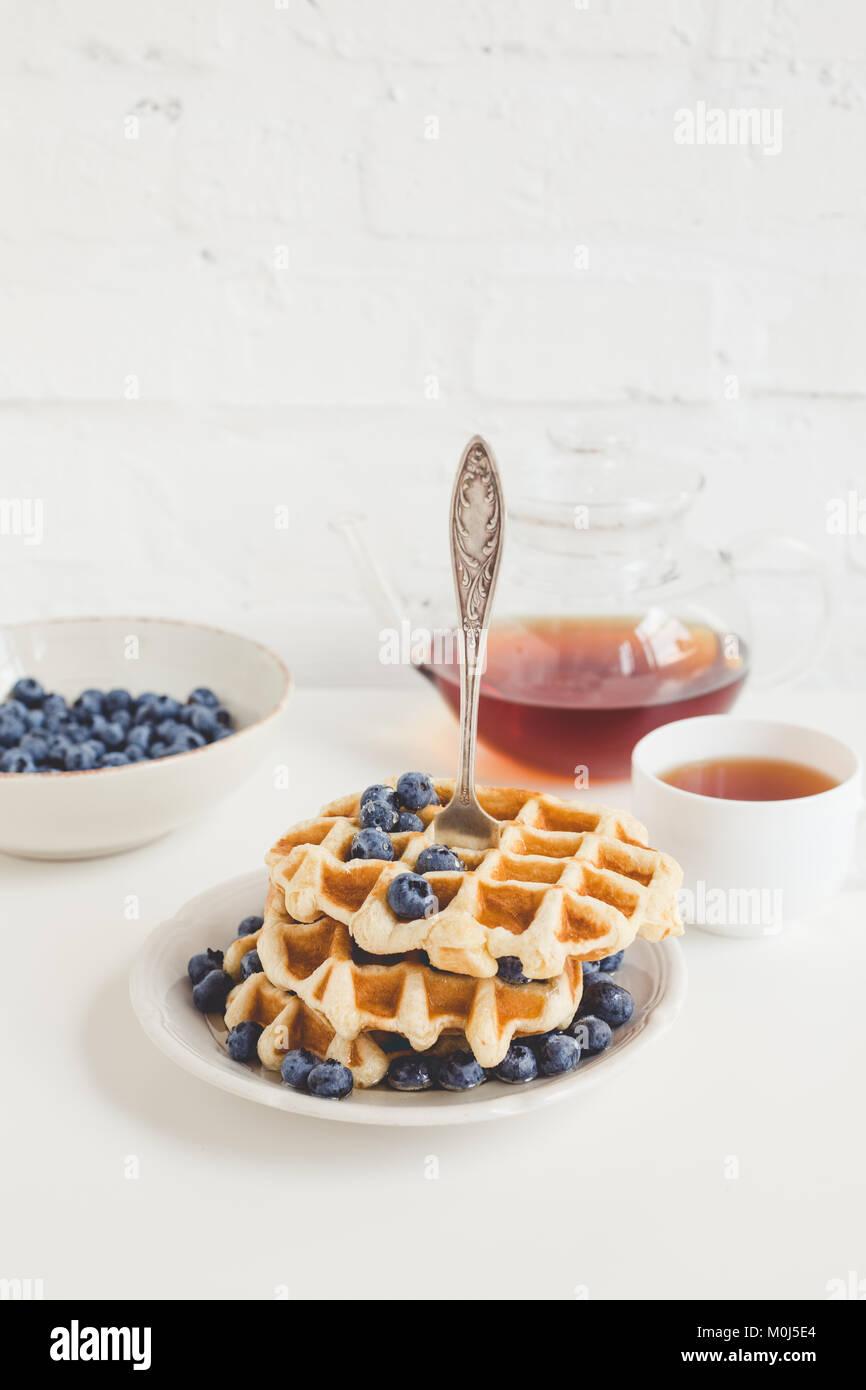 Petit-déjeuner sain de gaufres aux bleuets et plateau Photo Stock