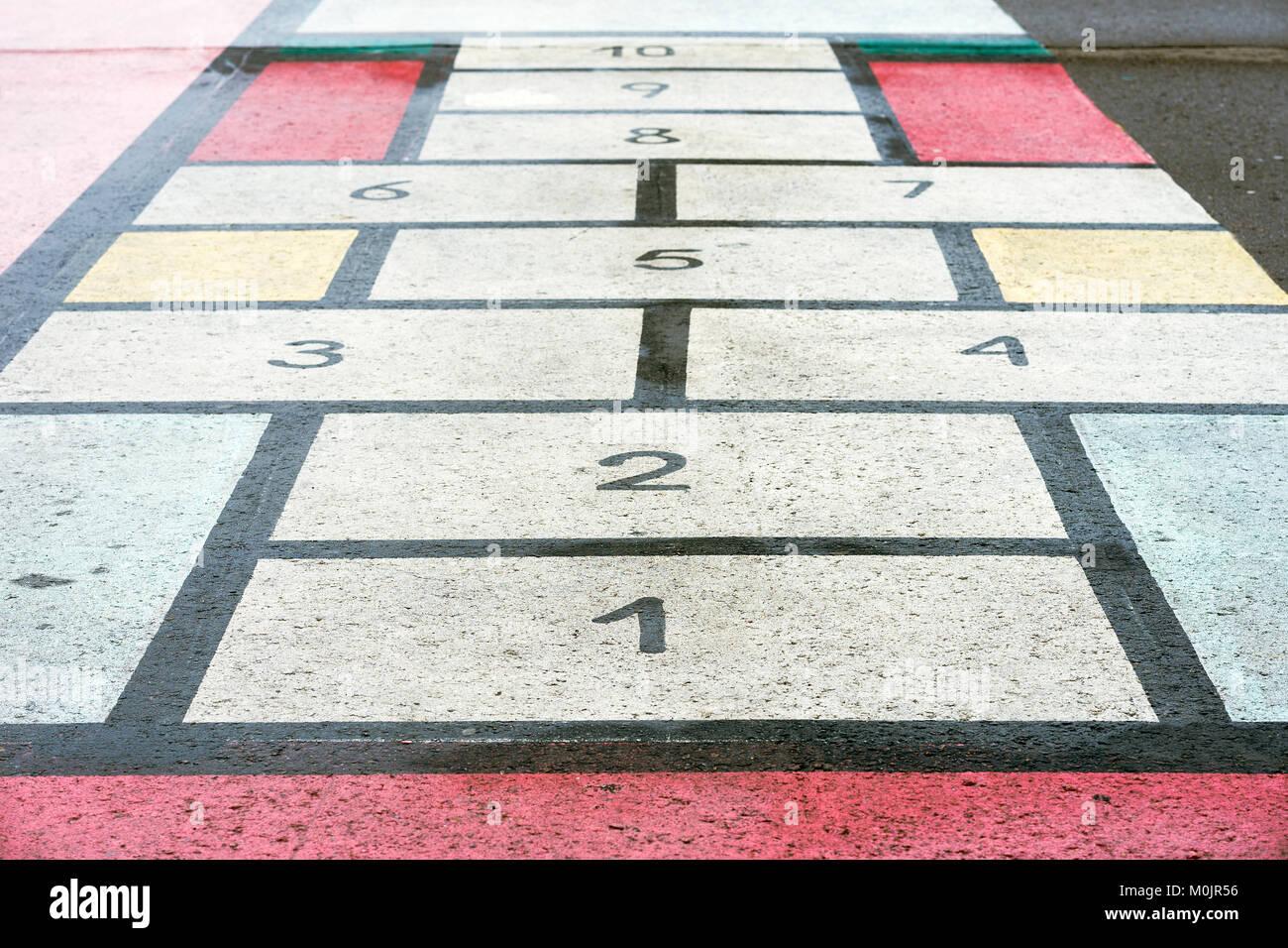 Classiic jeu d'enfants, à la marelle board dessiné sur l'asphalte, la texture, l'arrière-plan créatif moderne Banque D'Images