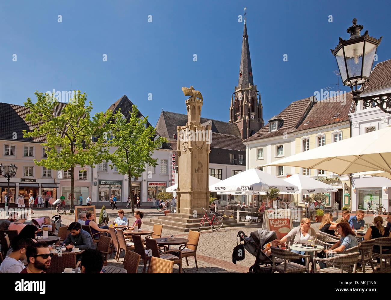 La gastronomie en plein air à l'Altmarkt, Moers, Ruhr, Rhénanie du Nord-Westphalie, Allemagne Photo Stock