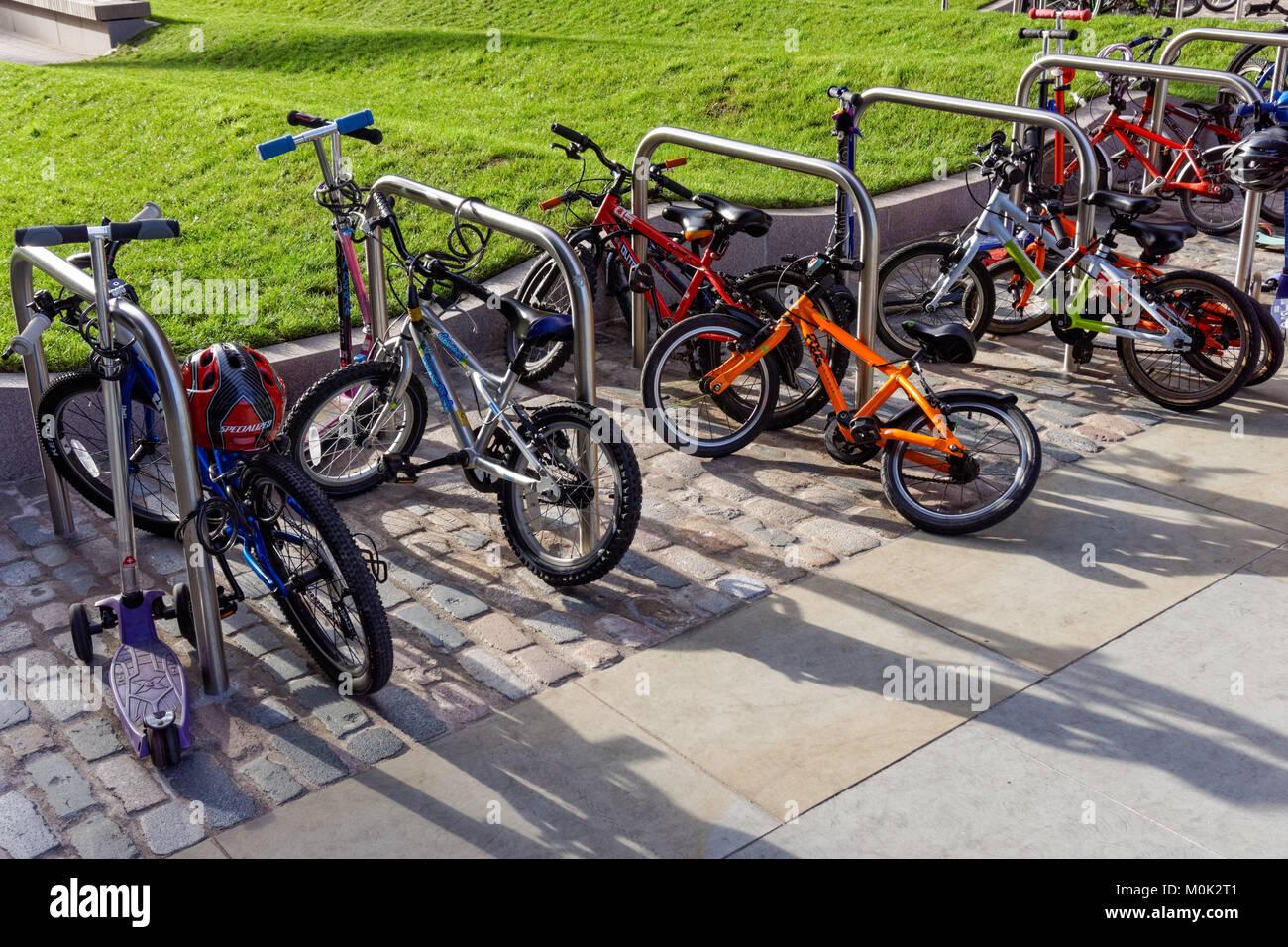 Des vélos pour les enfants à l'extérieur de l'école maternelle à Londres, Angleterre Royaume-Uni UK Banque D'Images