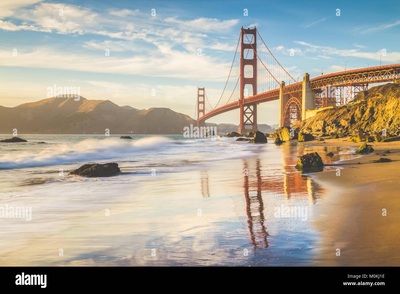 Classic vue panoramique de célèbre Golden Gate Bridge vu de scenic Baker Beach dans un beau soir d'or Photo Stock