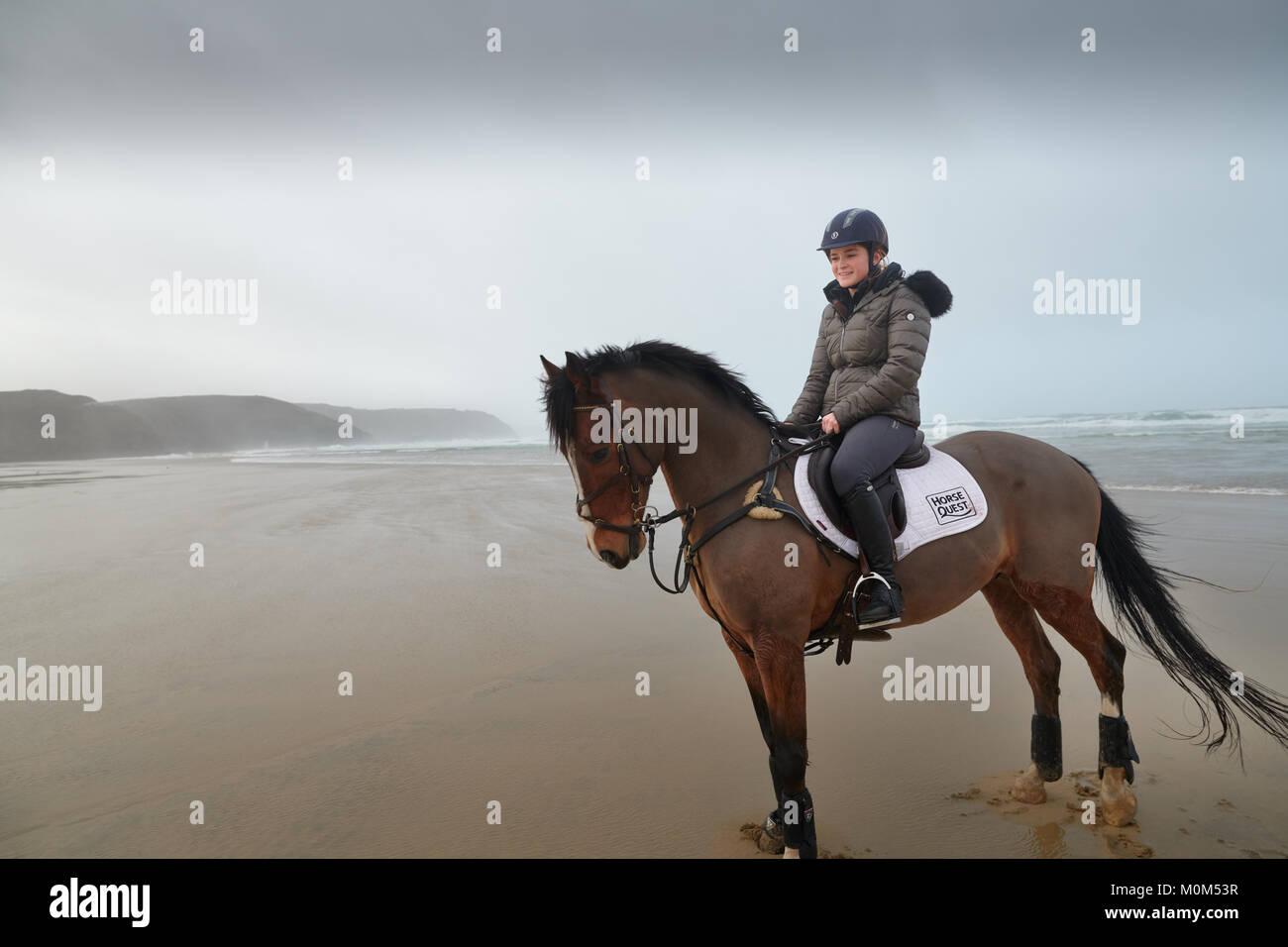 Équitation cavalier de l'appareil photo sur la plage à marée basse. Image en noir et blanc, avec Photo Stock