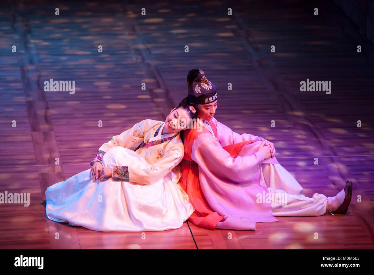 70ca8dbf62d1d Korean dance performance où les danseurs dansent les quatre saisons tandis  qu'un garçon et