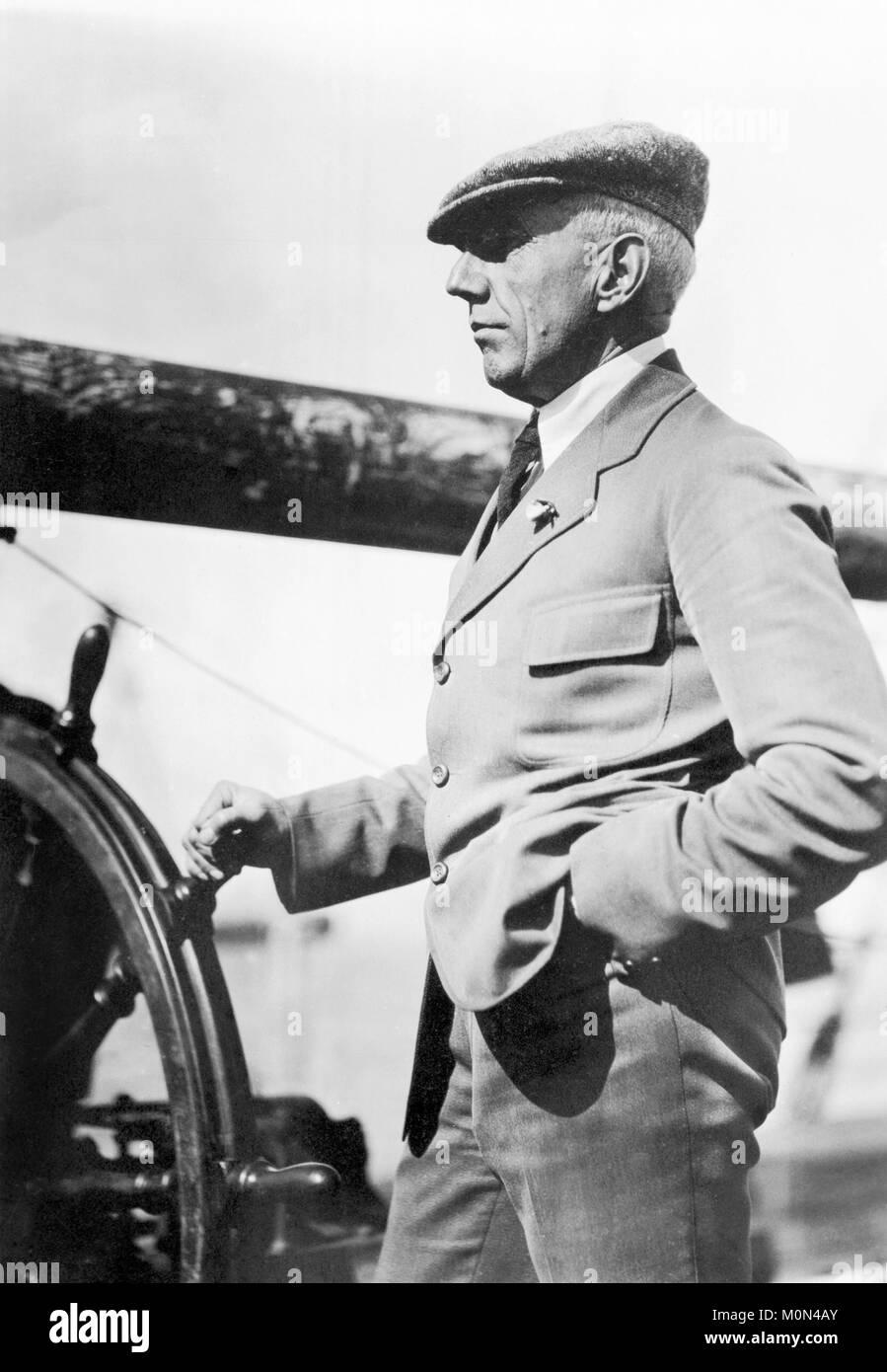Roald Amundsen. L'explorateur polaire norvégien Roald Engelbregt Gravning Amundsen (1872-1928) au volant d'un bateau Banque D'Images