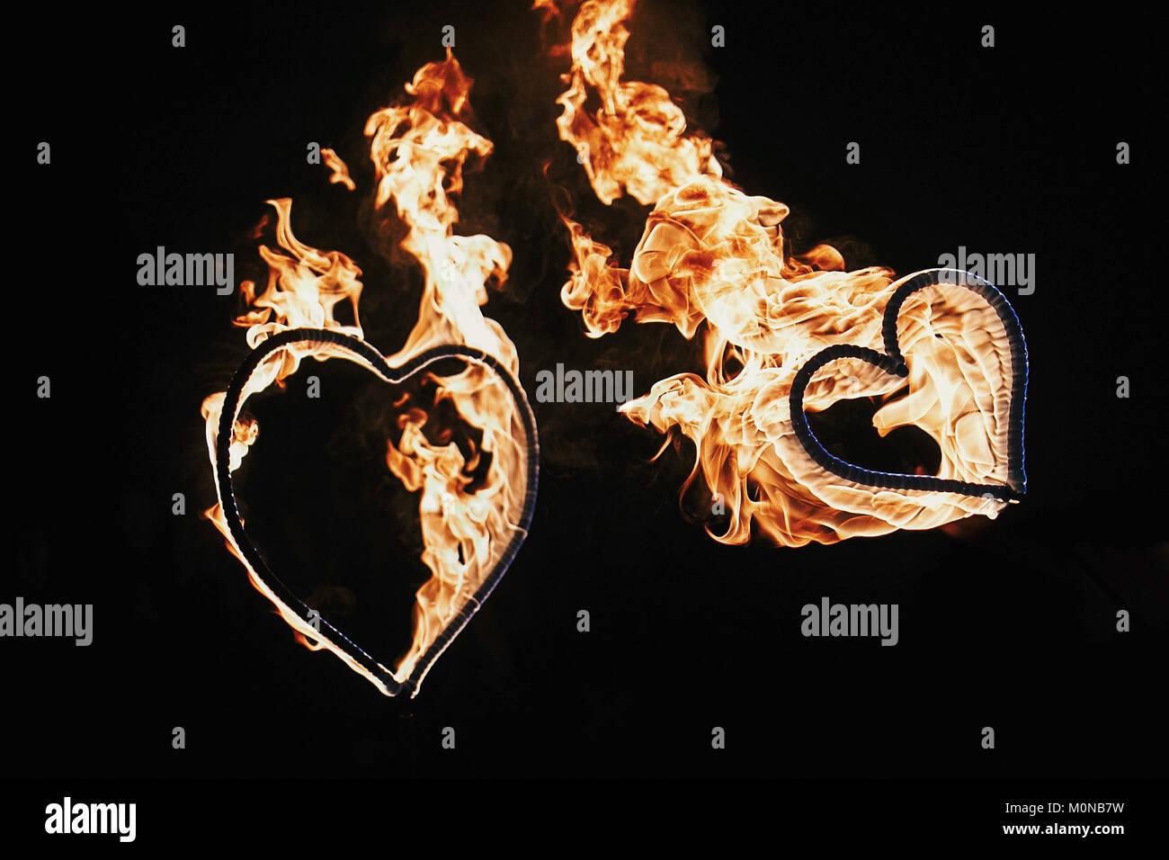 D'artifice en forme de deux coeurs sur fond noir, spectacle de feu dans la nuit. Happy Valentine's day card. bengal fire burning heart. espace pour mariage ou texte. Banque D'Images