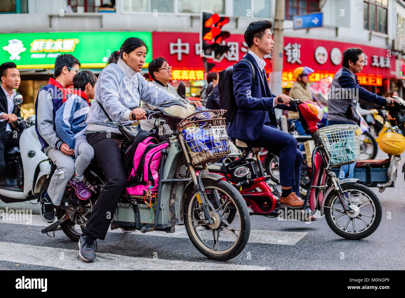 Shanghai, Chine. Foule les cyclomoteurs les rues de Shanghai, Chine. Credit : Benjamin Ginsberg Photo Stock