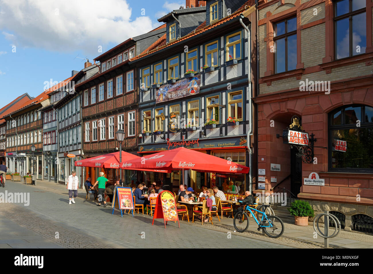 Rangée de maisons avec la gastronomie,Breite Straße, Wernigerode, Saxe-Anhalt, Allemagne Photo Stock