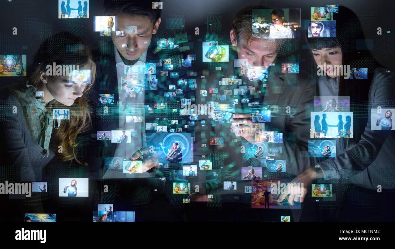 Groupe de personnes regardant beaucoup d'images. Banque D'Images