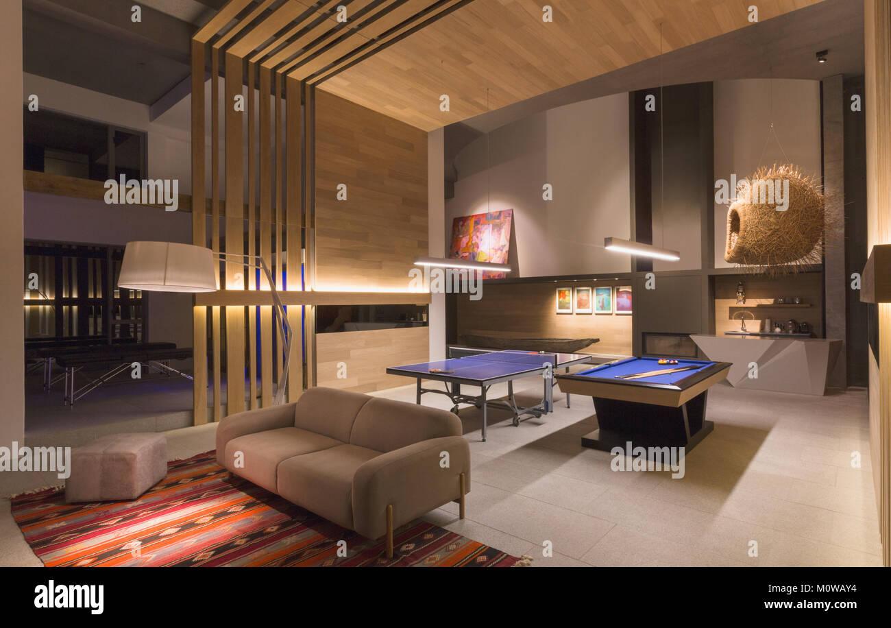 allum en table de billard et table de ping pong dans la maison de luxe moderne une salle de. Black Bedroom Furniture Sets. Home Design Ideas