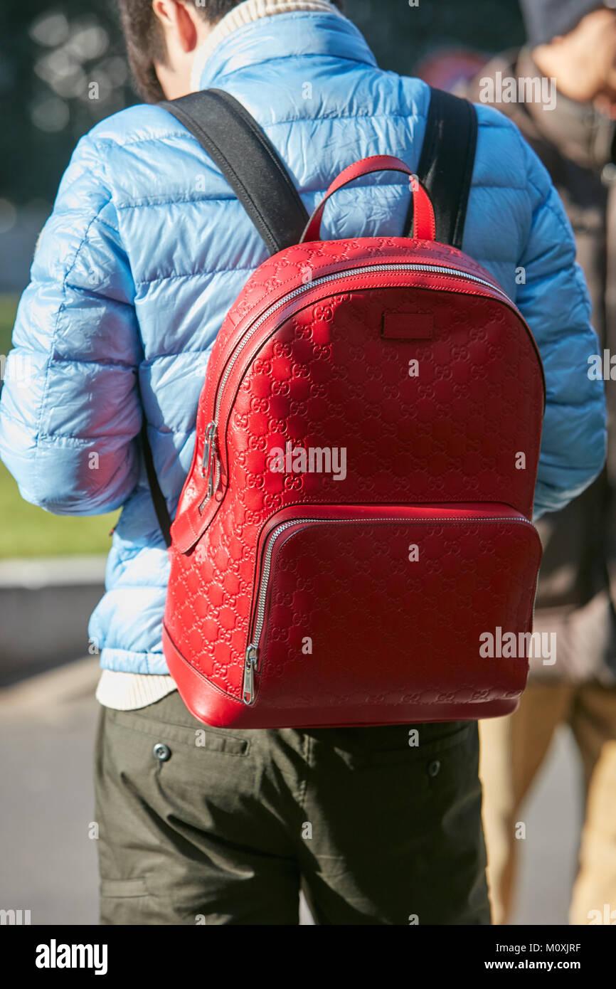dae8162ddde MILAN - janvier 13   sac à dos Gucci rouge et bleu clair veste matelassée  avant d Emporio Armani fashion show