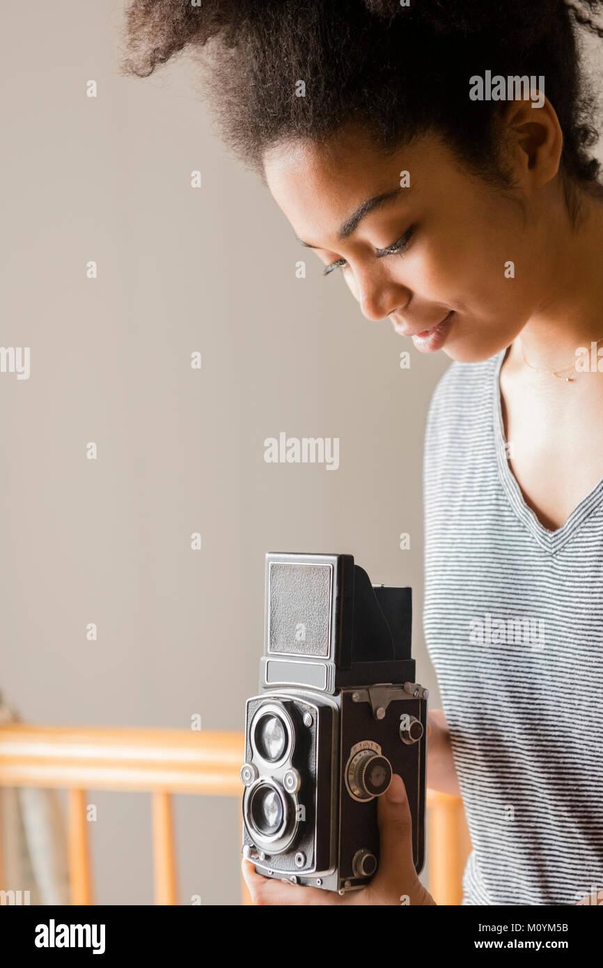 African American Woman en utilisant l'appareil photo à l'ancienne Banque D'Images