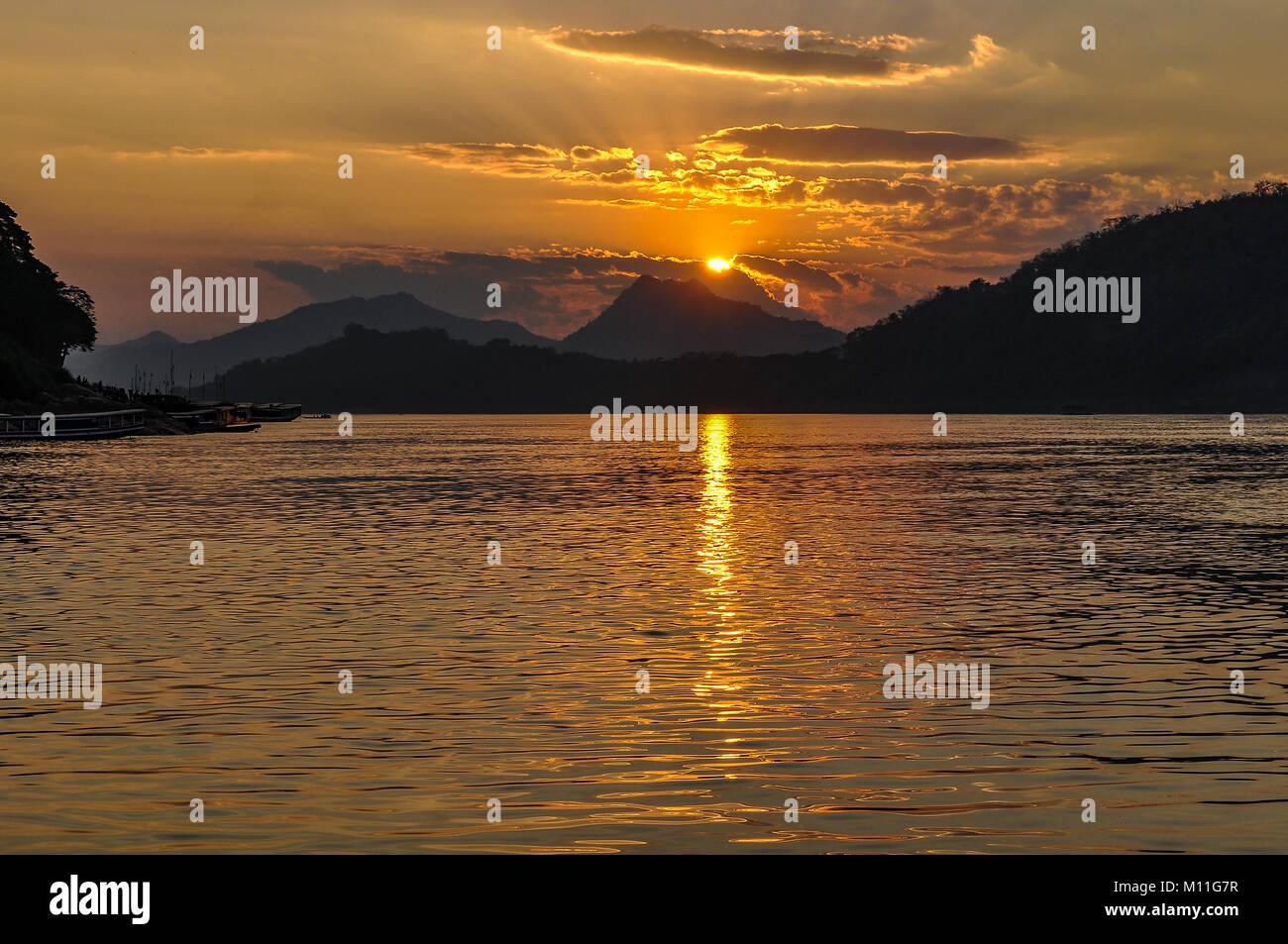 Coucher du soleil sur le Mékong à l'UNESCO du patrimoine mondial de Luang Prabang, Laos Photo Stock