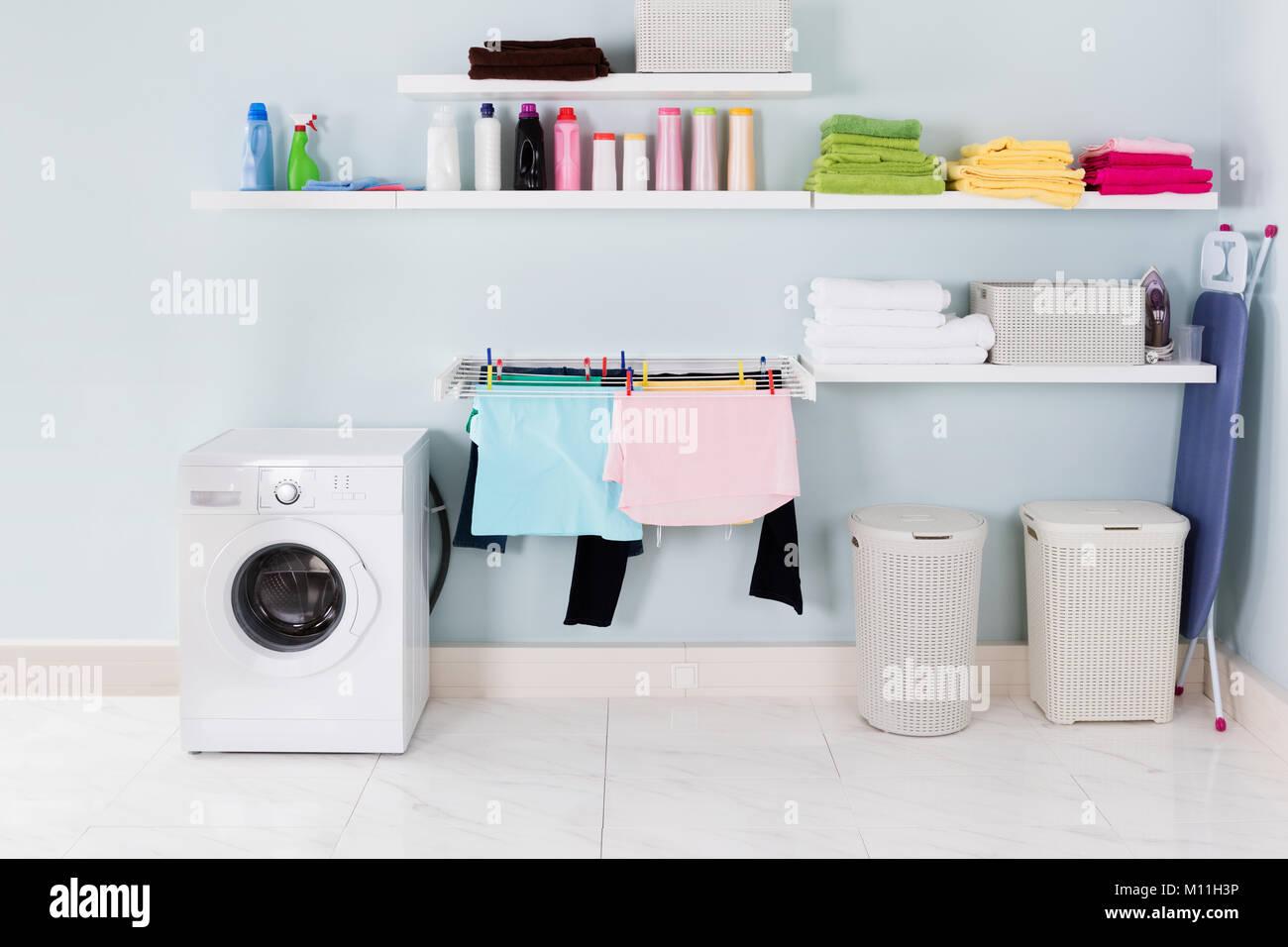L intérieur de la Buanderie avec lave-linge et de matériel de nettoyage  Photo 0a5839c6a605