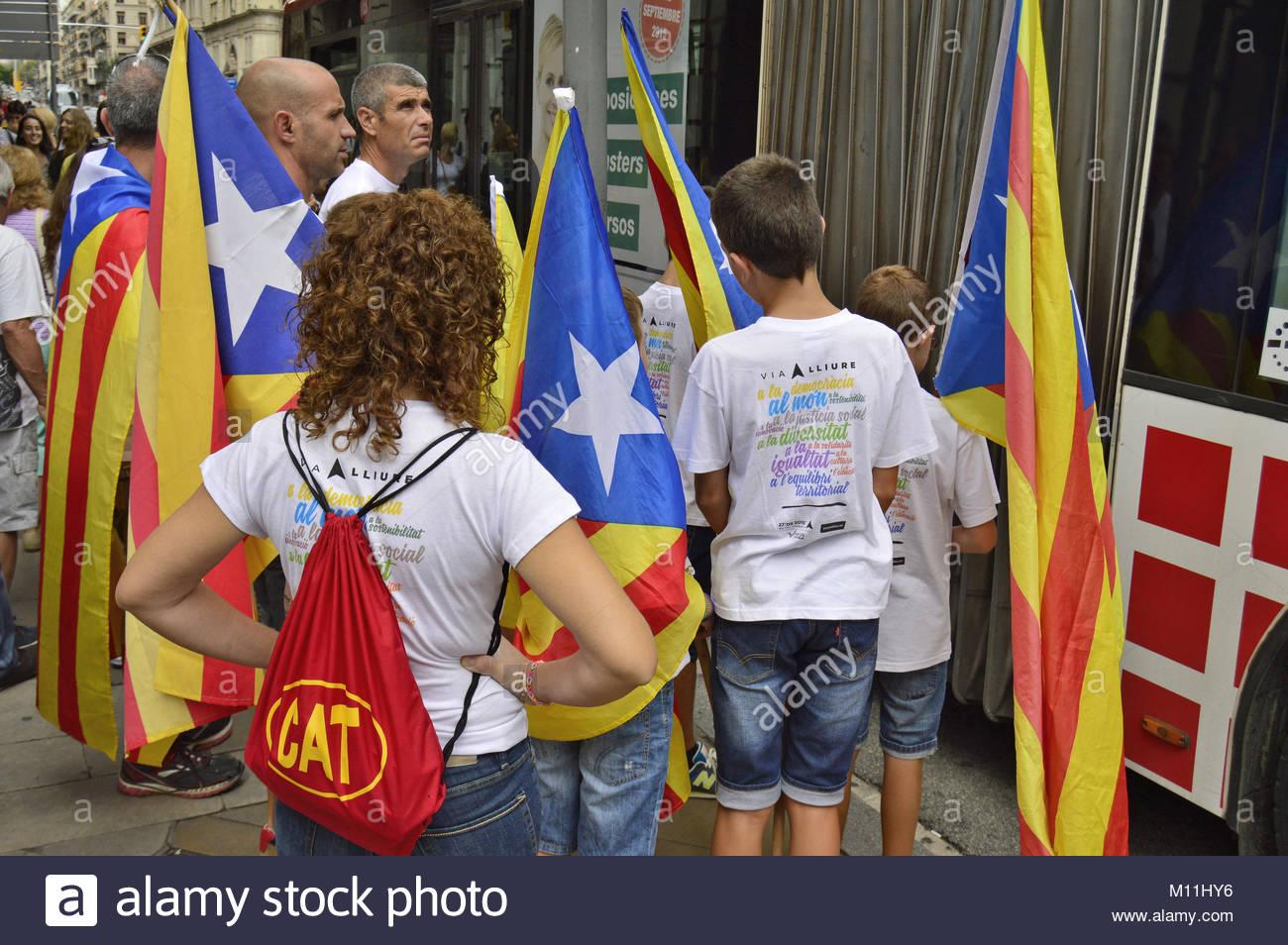 Les gens avec les drapeaux Catalan en attente à l'arrêt de bus à Barcelone 11.9.2015 à l'occasion Photo Stock