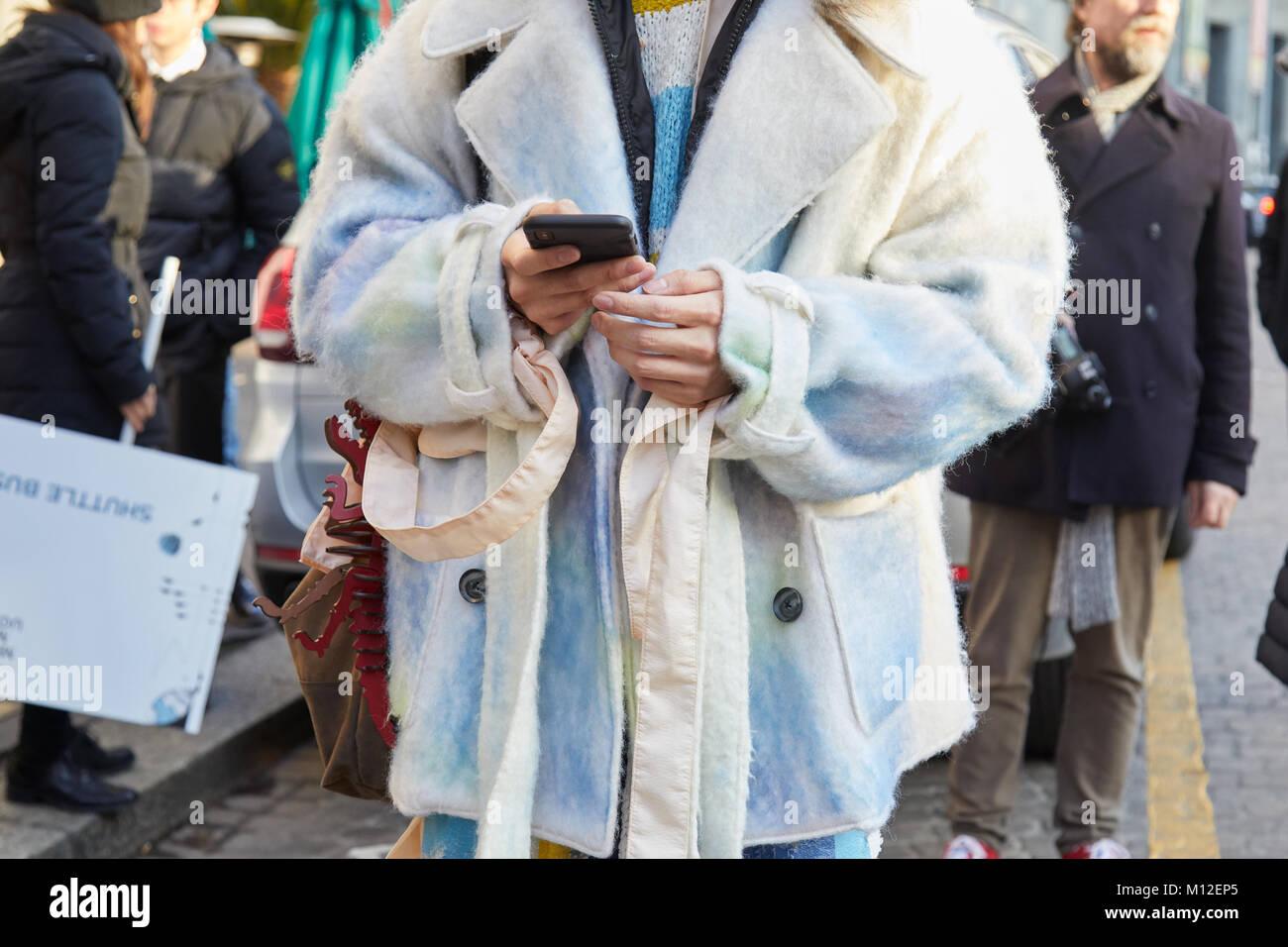 d9f63f94a906 MILAN - le 14 janvier   l homme avec un mobilier blanc et manteau bleu