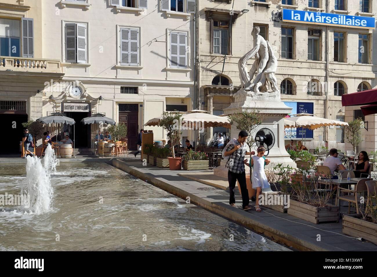 France, Bouches du Rhône, Marseille, le Cours Estienne d'Orves, bassin et le siège du journal La Marseillaise Photo Stock