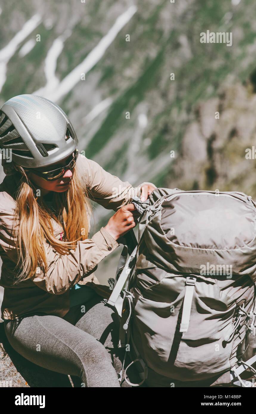 Sac à dos femme climber avec montagnes en style de voyage adventure concept vacances actives de l'équipement Photo Stock