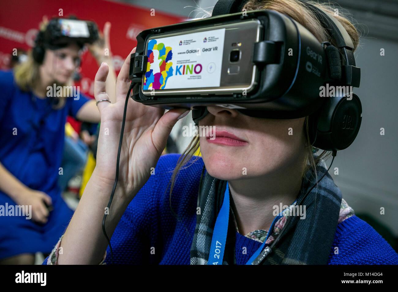 Une fille en prise avec enthousiasme lunettes VR à regarder un film dans le casque de réalité virtuelle dans l'industrie du cinéma dans la ville de Sotchi, Russie Banque D'Images