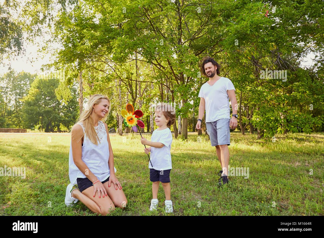 Famille heureuse dans le parc. Photo Stock