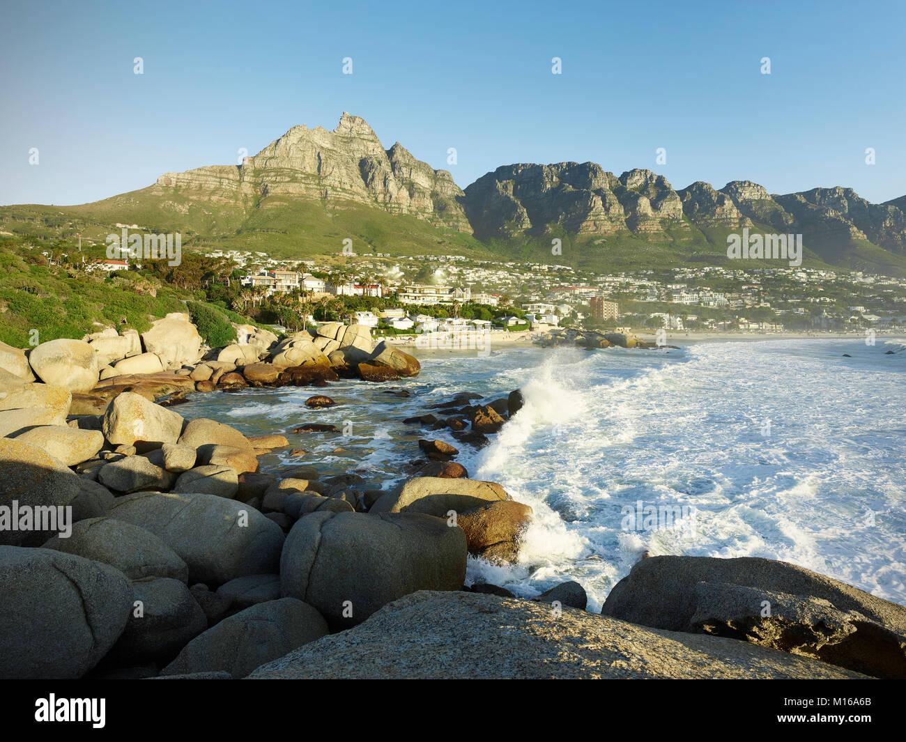 Camps Bay avec chaîne de montagne, la Montagne de la table et douze apôtres, Cape Town, Western Cape, Afrique du Banque D'Images