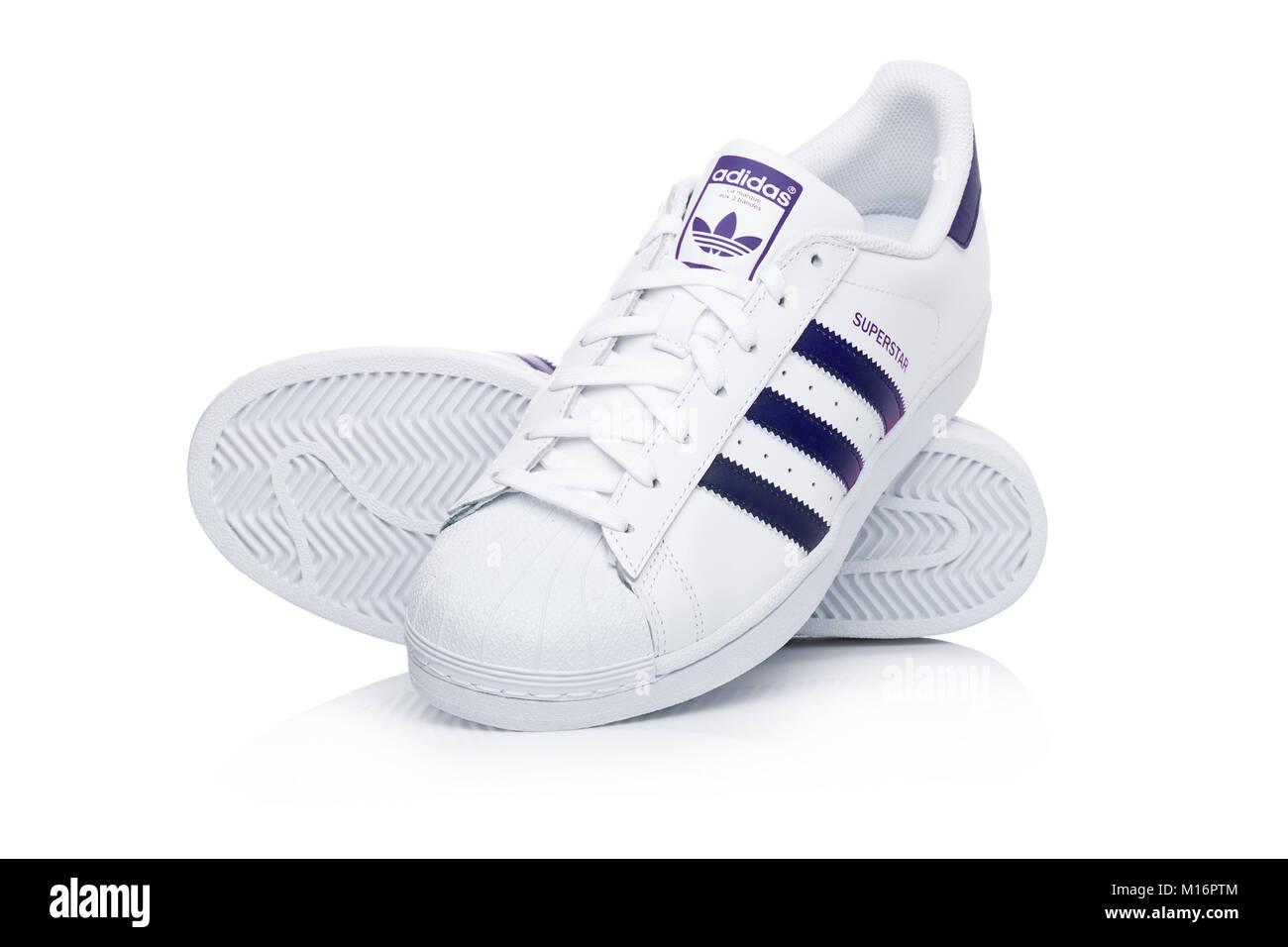 Londres, Royaume-Uni - 24 janvier 2018 : Adidas Originals Superstar chaussures bleu sur fond blanc.La multinationale allemande qui conçoit et fabrique