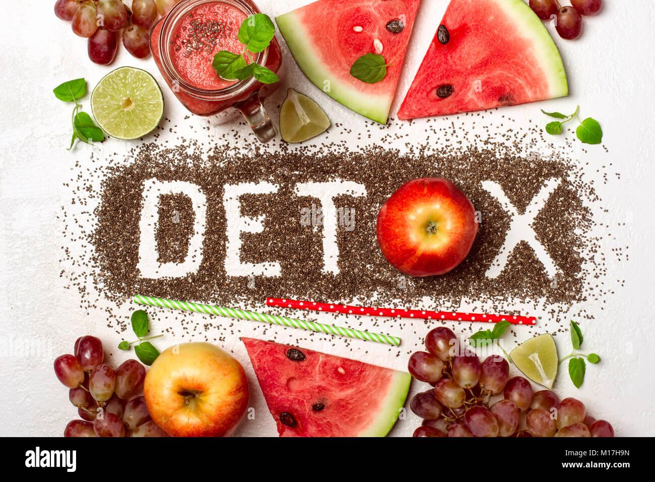 Mot detox est fabriqué à partir de graines de chia. Les smoothies rouge et d'ingrédients. Concept Photo Stock